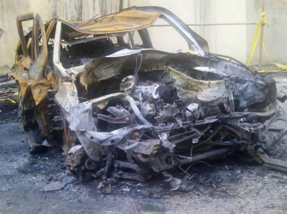 احدى السيارات المتضررة جراء الانفجار في بئر العبد