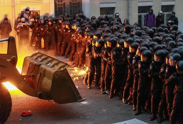 متظاهرون يهددون الشرطة بجرافة