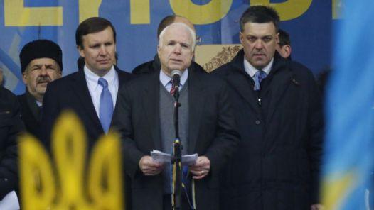 السيناتور الأميركي جون ماكين يقف مع قادة المعارضة الأوكرانية
