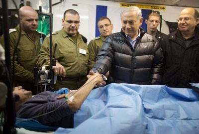 رئيس وزراء الكيان الصهيوني يسلم على أحد مقاتلي المعارضة السورية في مستشفى نهاريا