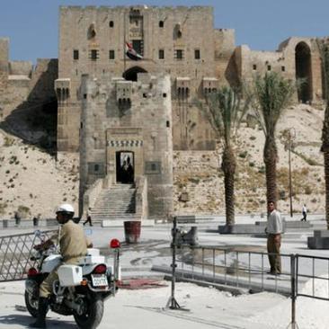قلعة حلب الأثرية التي تعتبر أيضا من أبرز معالم المدينة السياحية وهي مدرجة ضمن التراث العالمي. لم تتأثر بشكل كبير من الحرب لكن في أغسطس 2012 تعرضت بوابتها الخارجية لأضرار نتيجة قصفها.
