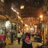 """سوق حلب القديم من أبرز معالمها التاريخية ويسمى أيضا بـ """"بازار حلب"""" ويضم العديد من الأسواق التاريخية باعتبار أنه ينظر إلى حلب كعاصمة اقتصادية لسوريا ومدينة تجارة بامتياز. سوق حلب كان من المواقع التي كان السياح يحرصون على زيارتها."""
