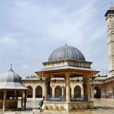جامع حلب الكبير أو الجامع الأموي أو جامع بني أمية هو أكبر وأحد أقدم المساجد في مدينة حلب السورية. أصبح جزءا من التراث العالمي منذ عام 1986. شيدت مئذنة المسجد في عام 1090 ودمرت في نيسان/ أبريل من العام 2013 نتيجة للمعارك التي اندلعت هناك خلال أحداث الحرب.